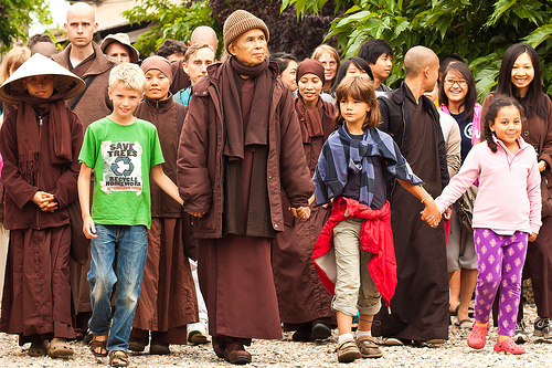 Thich Nhat Hanh, Walking Meditation with Children. New Hamlet, P